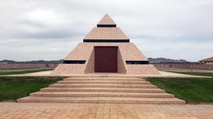 Official Center of the World Pyramid Monument og The Museum of History in Granite